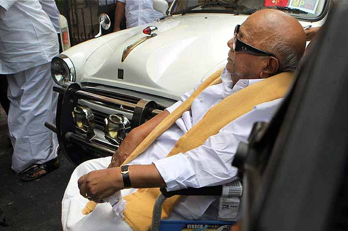 ... .outlookindia.com | Emotional Karunanidhi Meets Kanimozhi in Jail