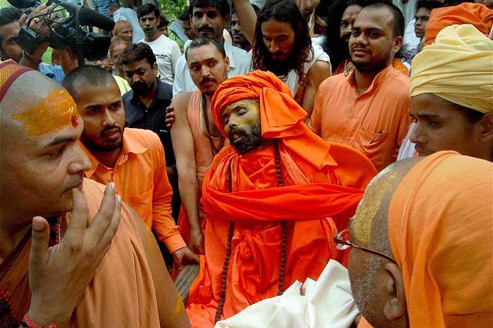 Il corpo di Baba Nigamananda è accompagnato alla sepoltura dagli altri Sadhu dell'Ashram